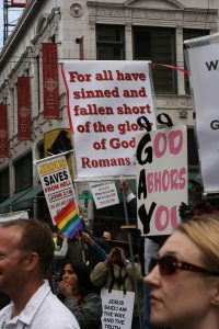 Seattle_gay_parade-protesters
