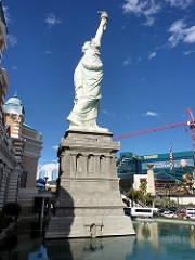 statue liberty vegas photo